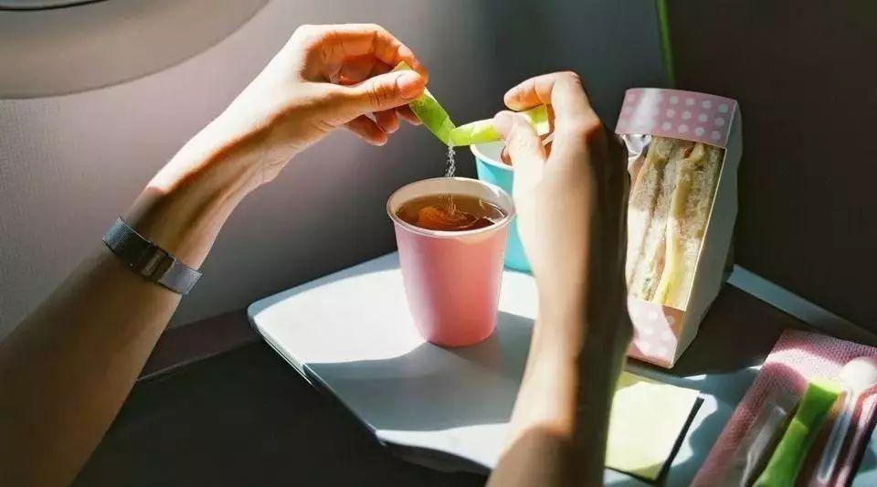网友们纷纷赞扬国内航空公司四川航空的服务周到,尤其是提供飞机餐的