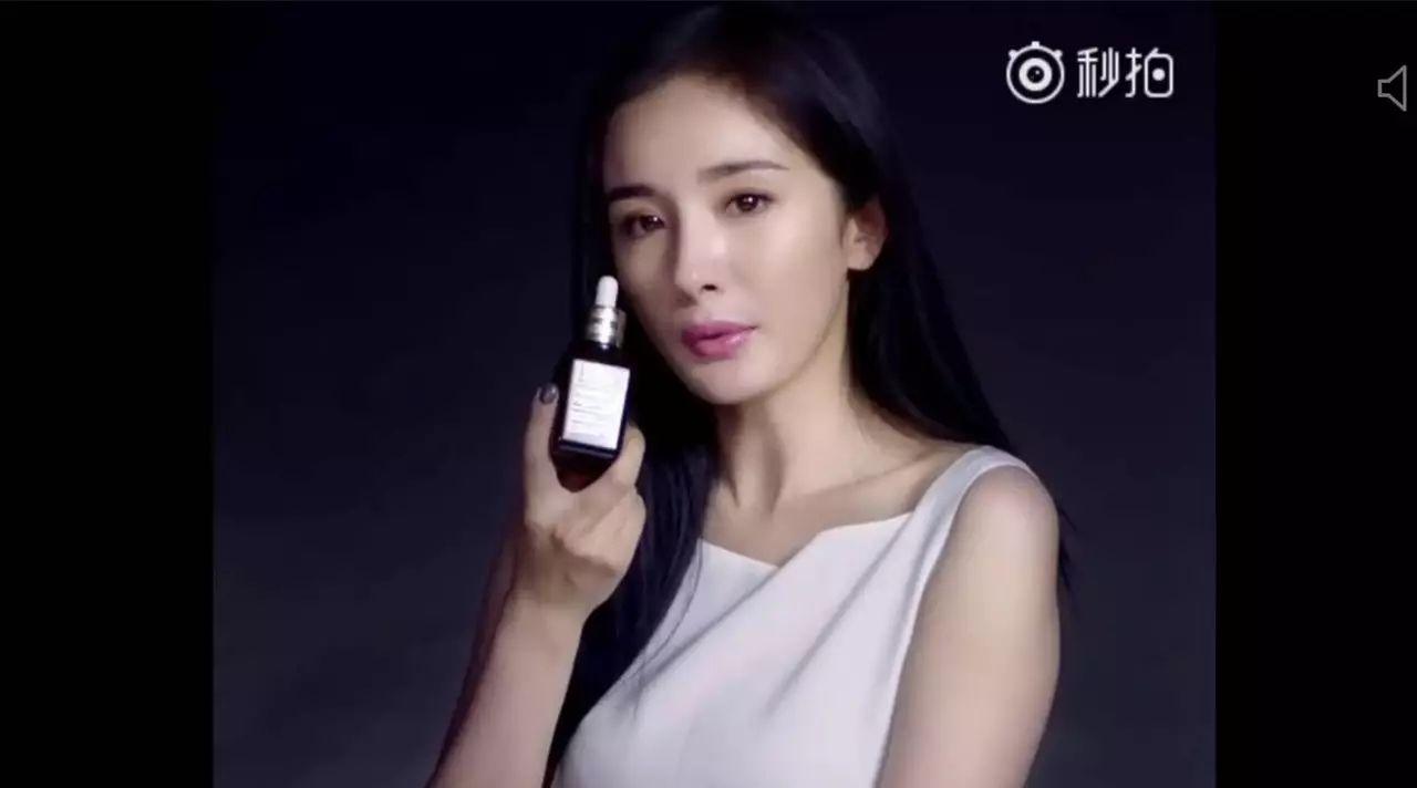 """杨幂一拍广告就脸肿是什么毛病?还不如44岁的""""广场林青霞"""""""