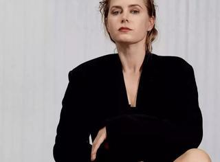 艾米·亚当斯有她独特的美丨赏色